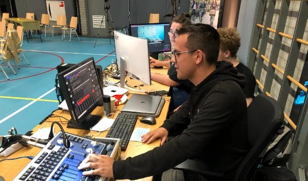<p>Niels Beijnen in actie tijdens de examenviering van Christelijk College Groevenbeek met de groep Licht & Geluid. </p>