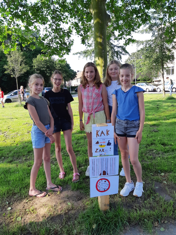 Leerlingen uit groep 7 van De Koepelschool bij hun zelfgemaakte posters. Arjan Ros © BDU Media