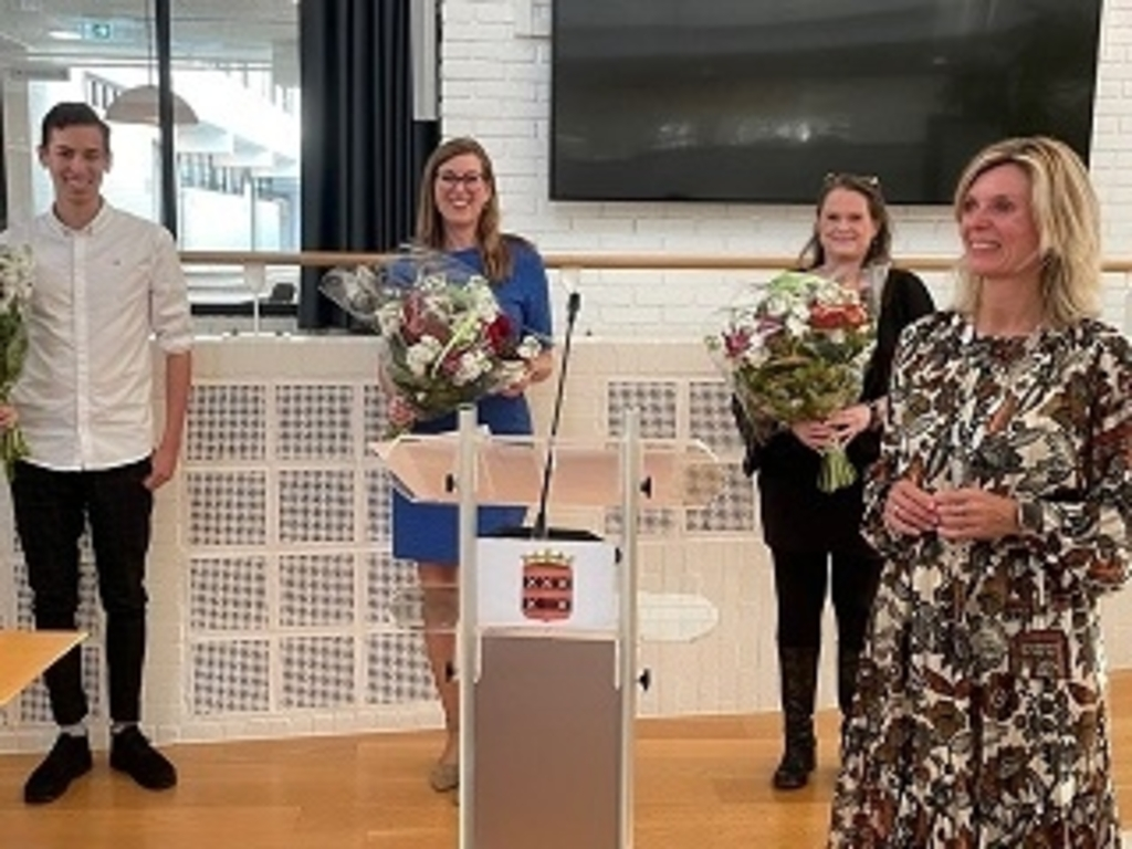 <p>V.l.n.r. de heer De Graaff, mevrouw Daniels – Van 't Hoff, mevrouw Kleuver en burgemeester Langenacker.</p>