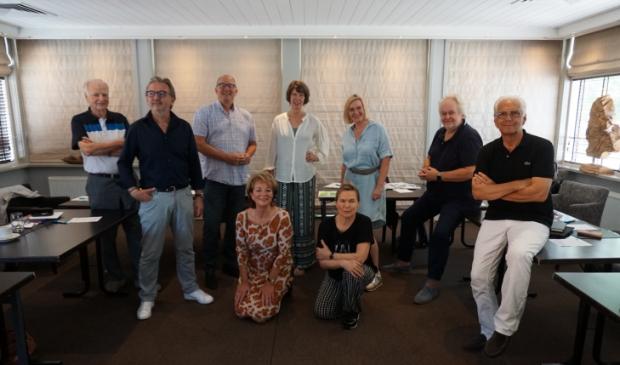 <p>Vooraan: Jacqueline Solleveld en Dani&euml;lle de Kluijver. Daarachter van links naar rechts: Frits Suer, Ferry van Groeningen, Peter Bot, Kitty Huisman, Marga van Herteryck, Pieter Monkelbaan en Ruud Kootker. </p>