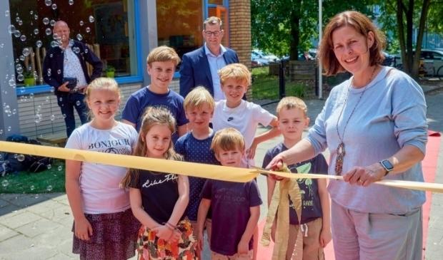 <p>Onder toezicht oog van een aantal kinderen opent wethouder Hoogstraten het plein.</p>