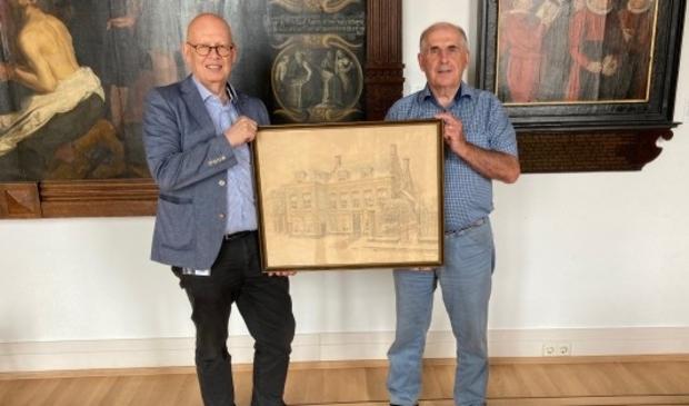 <p>Wethouder Van Zanten (l) nam het schilderij in ontvangst van gulle gever Otto Netze</p>