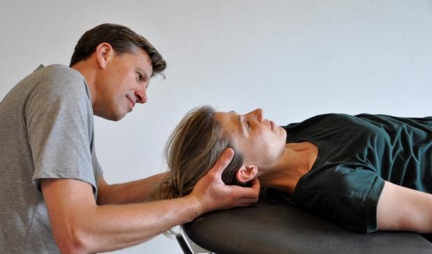 <p>Andreas Amons is een van de behandelaars. Hier geeft hij een behandeling.</p>