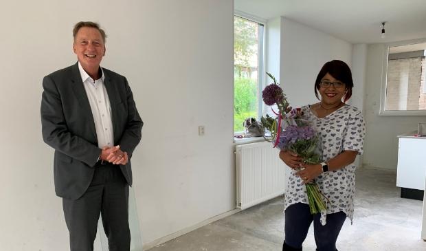 <p>Felicitaties van wethouder Ellermeijer voor de nieuwe bewoonster.</p>