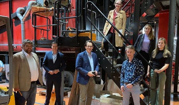 Een delegatie van de Nederlandse Vereniging Duurzame Energie en Tweede Kamerlid Grinwis (midden-onder) bezoeken één van de duurzame energie installaties in Ede.