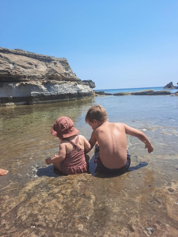 &#39;Eindelijk, onze eerste vakantie (na covid) op Rhodos,op Oasis beach in de buurt van Farilaki!<br>Wat kun je dan zooo blij zijn om daar onze kleinkindjes Floor en Stijn op de foto te zetten!&#39;<br>  Oma Truus © BDU media