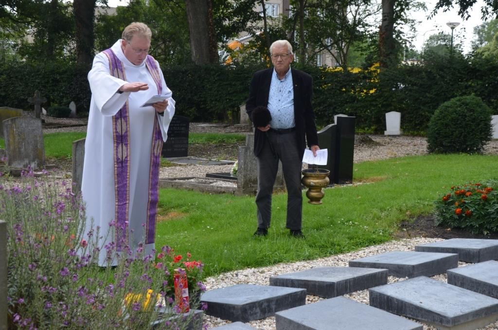 Pastoor Hogenelst zegent het urnenveld Ali van Vemde © BDU media