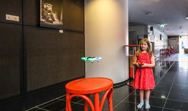 <p>Dit meisje toont al snel vaardigheid bij het besturen van een drone.</p>