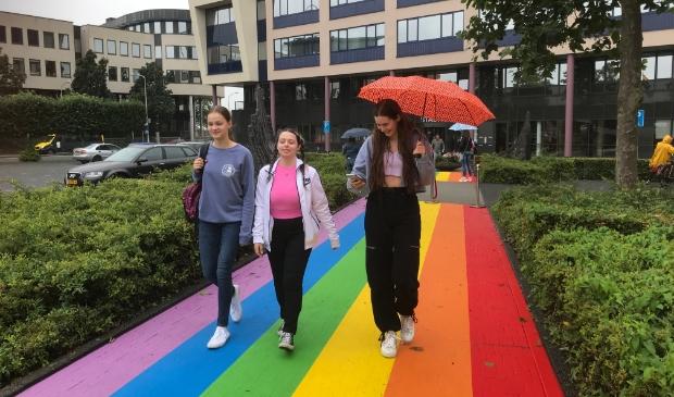<p>Lisanne Kuling, Dea Dervishi en Pieternelle Maris wandelen over het Regenboogpad bij het stadhuis</p>