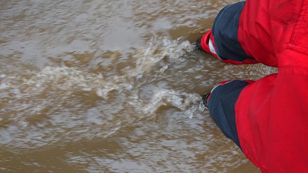 Het water staat nog tot kniehoogte in de straten RB Hardinxveld © BDU media