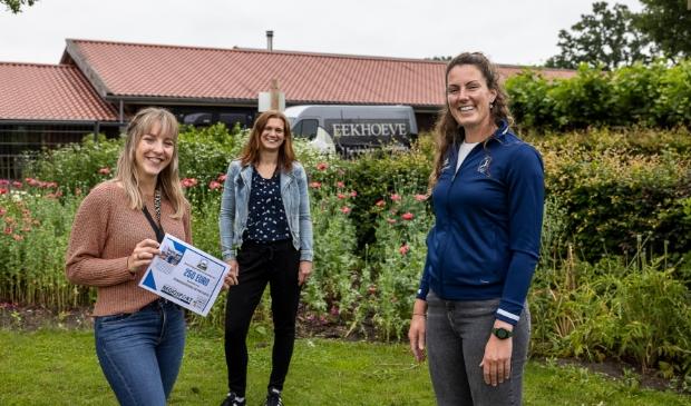<p>Marleen van Vuren neemt dankbaar de cheque in ontvangst. In het midden Marieke van Egdom van RegiosportVeenendaal.nl en rechts VTC-tennisster Jacky Steehouwer, de winnaar van Vatjetrap.</p>