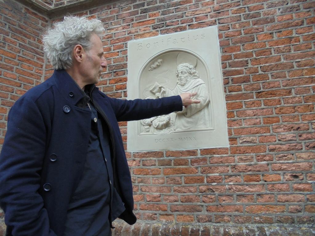 <em>Beeldhouwer Serge van Druten bij zijn reli&euml;fsteen in Breukelen.</em>  Kees Slijkerman  © BDU media