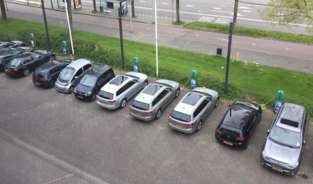 12 auto's staan te laden