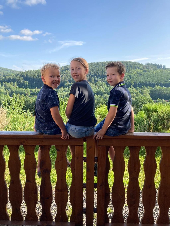 """,,Deze foto is gemaakt in de Duitse Eifel, Dahlem vakantiepark Kronenburg am See. Op de foto zitten van links naar recht: Jan, Yfke en Max van den Bosch."""" Familie Van den Bosch © BDU Media"""