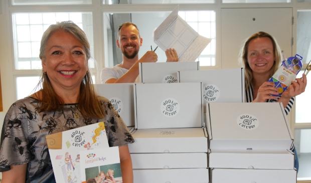 Donna Centino (Stichting Leergeld Randmeren), Tim Smit (Cultuurkust) en José Bosschers (Cultuurkust) met de 'doosjes cultuur'.