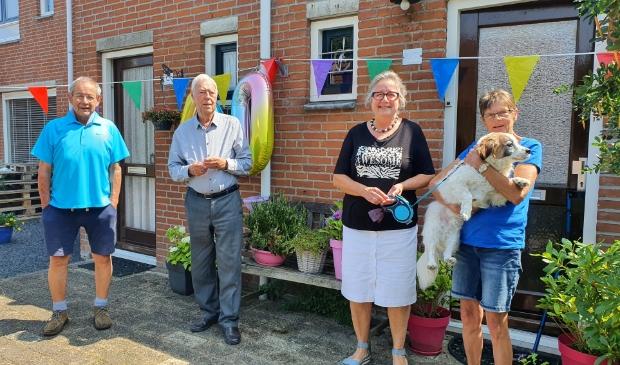 <p>Derde van links is Anneke met drie van haar buren en hond Tommie op de arm van haar buurvrouw.</p>