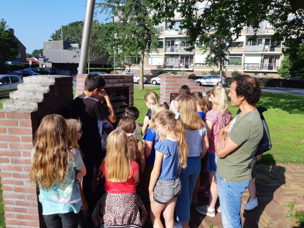 Leerlingen uit groep 7 van De Koepelschool bij het monument.  Arjan Ros © BDU Media