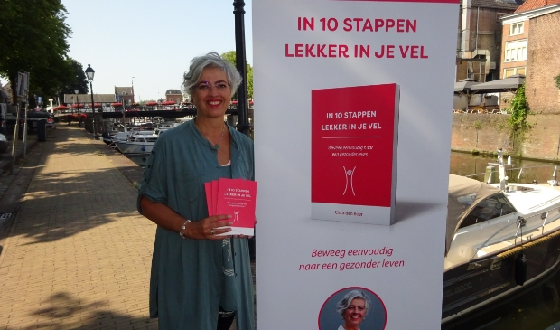 <p>Cisca den Boer met haar boek.</p>