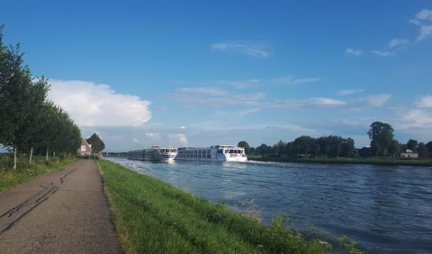 <p>Twee riviercruiseschepen passeren elkaar op het Amsterdam Rijnkanaal</p>