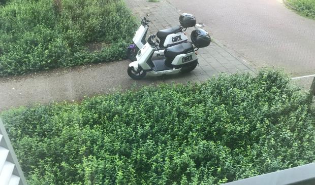 2 huur-scooter blokkeren voetpad.