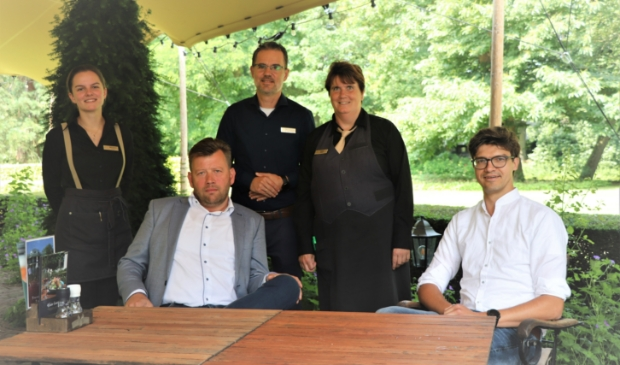 <p>Lubbert van den Heuvel en TeunJan van Ooijen met medewerkers van Kasteel De Vanenburg, dat de lunch aanbood.</p>