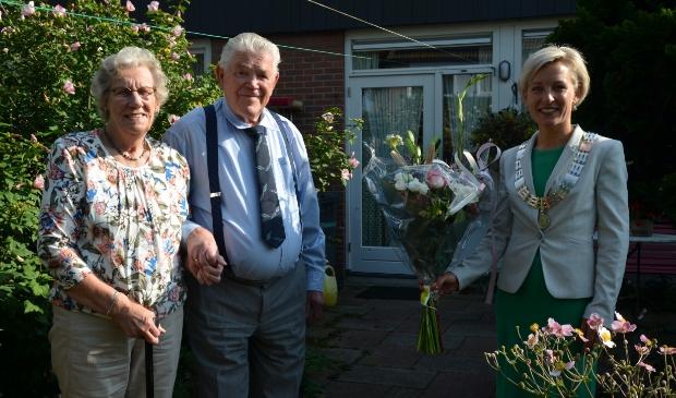 Het echtpaar Van Rijswijk krijgt bezoek van burgemeester Iris Meerts