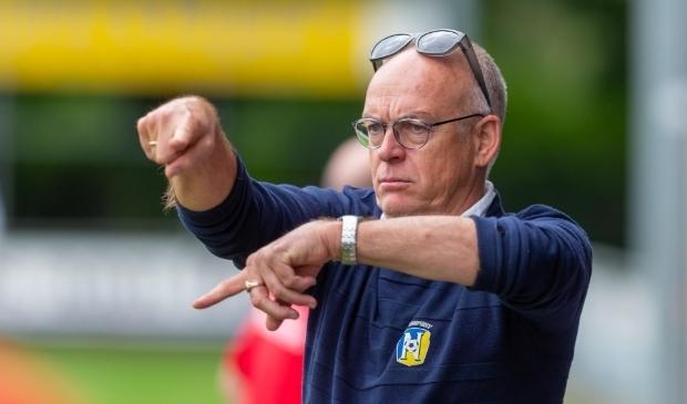 <p>Trainer Lukas Hoekman van vv Nunspeet geeft van de kant instructies aan de spelers.</p>