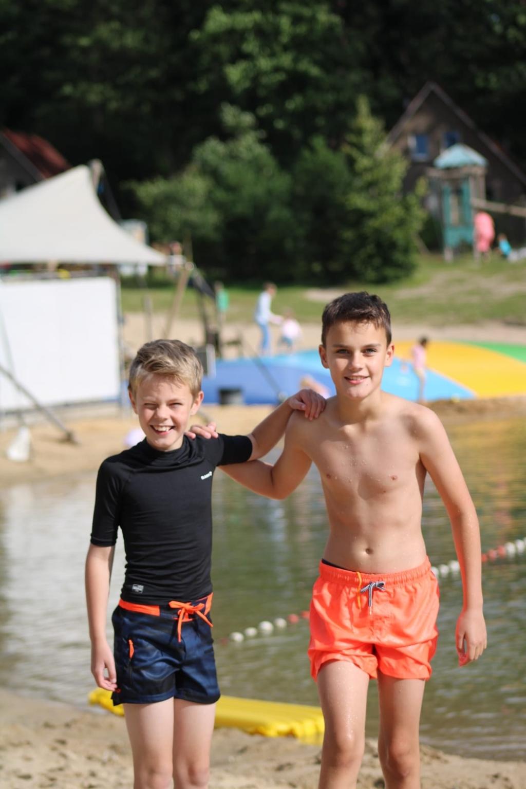 Neefjes/vriendjes Daan en Nick bij Landal 't Loo in Oldebroek op 10 augustus 2021. J.Geer © BDU Media