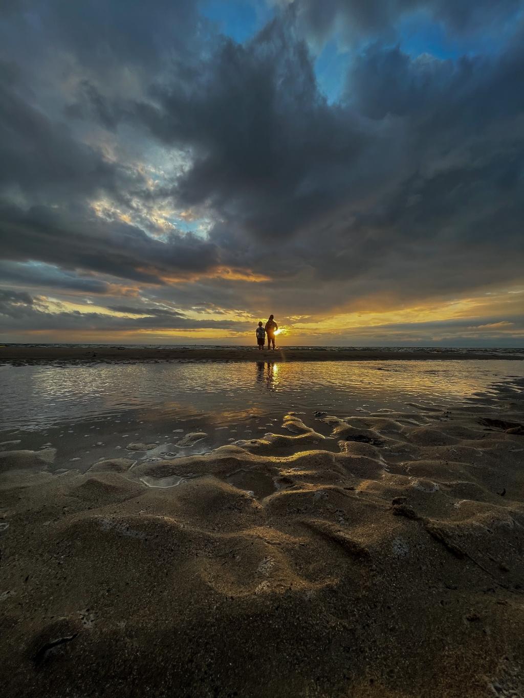 De foto is genomen op het strand van Granville, Normandië, Frankrijk. Daar zijn mijn twee kinderen, Charlotte en Daniël, aan het genieten van de ondergaande zon.  De sprookjesachtige wolken maken de foto echt compleet. De foto is genomen met mijn mobiel. Persoonlijk vind ik het een mooie foto, omdat dit niet een typische zomerplaat is. Maar wel het gevoel van de zomer vastlegt.  Stefan Kwakman © BDU media
