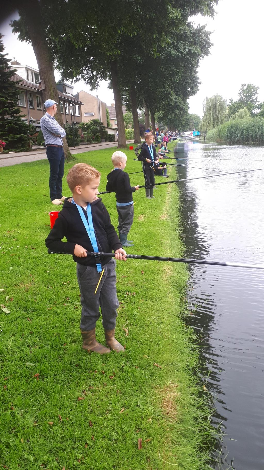Kinderen aan de waterkant Ad klop © BDU media