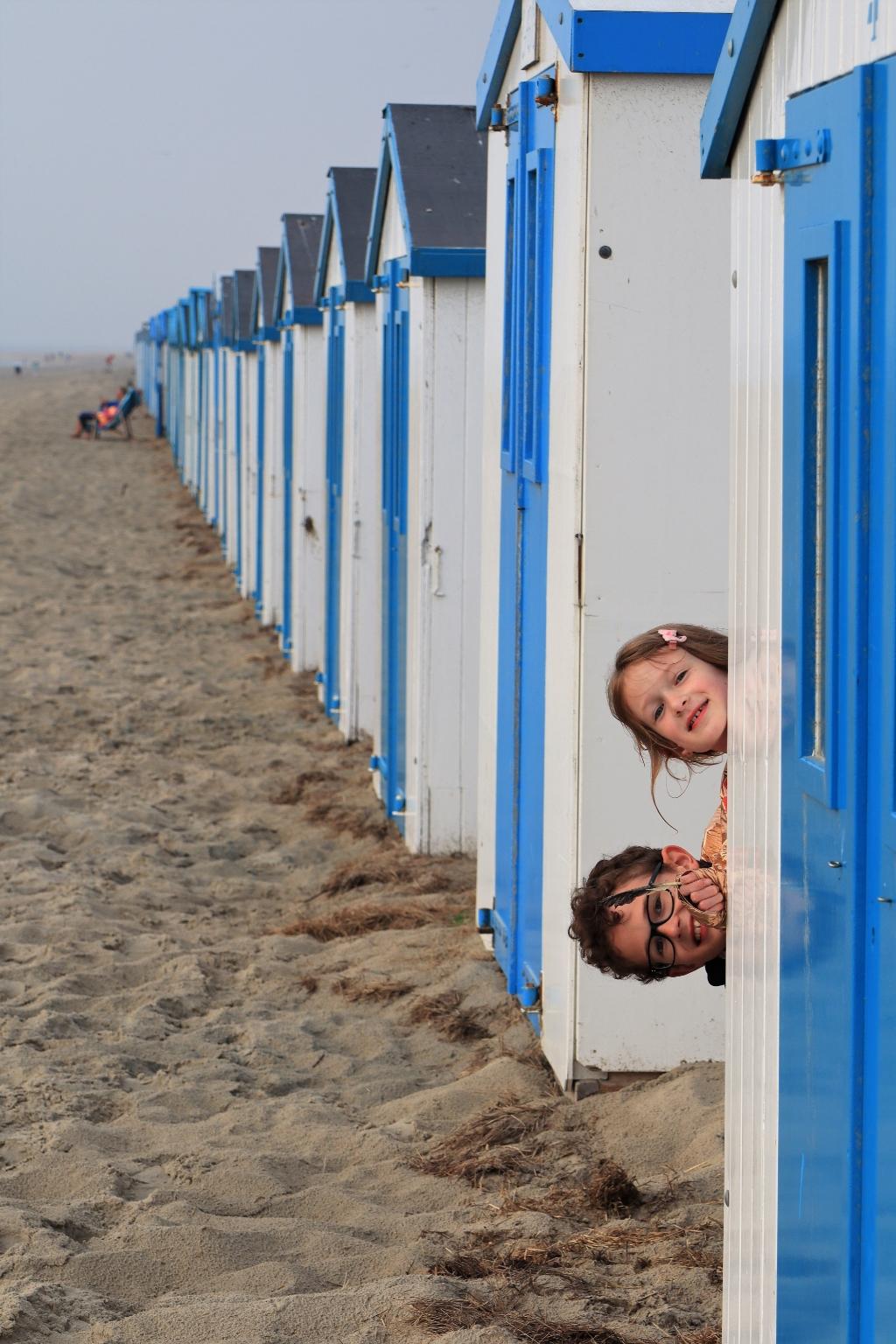 De foto is genomen 6 augustus 2021 op het strand in Texel waar wij een weekje verbleven. Op de voorgrond zie je onze kinderen Tom (11 jaar) en Kim (9 jaar). Oswald Hesp © BDU media