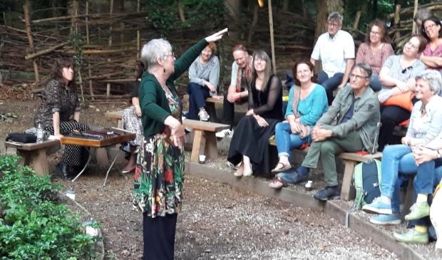 Esther de Jong vertelt op het Zomer Vertelpodium