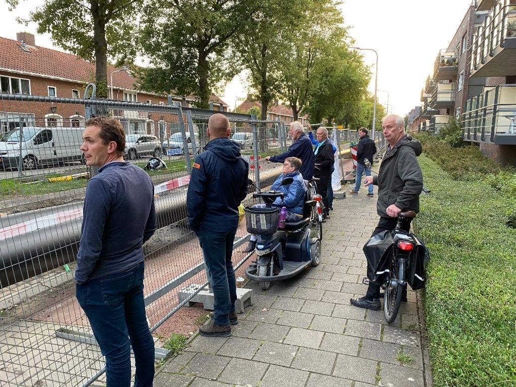 Buurtbewoners kijken bij de werkzaamheden  Lex van Steenis © BDU media