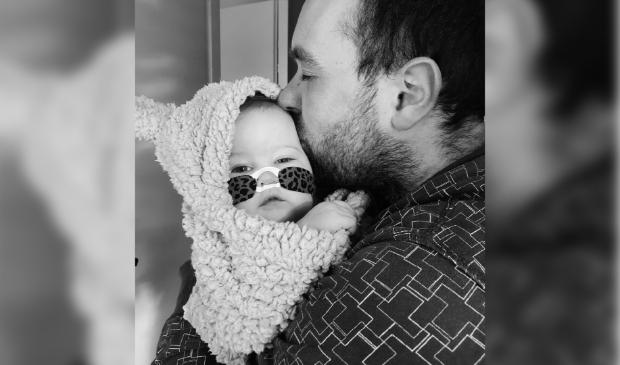 Vader Marcel met de kleine Maud in zijn armen.