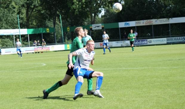 <p>Doelpuntenmaker Beemsterboer wordt zwaar op de huid gezeten door zijn tegenstander</p>