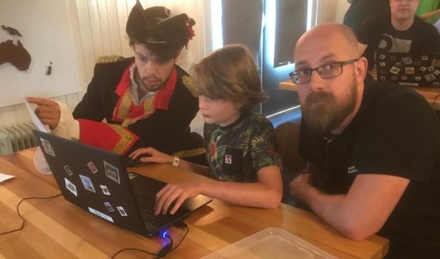 <p>Generaal Kraijenhof assisteert de kinderen bij het kraken van de code voor de UNESCO schatkist</p>