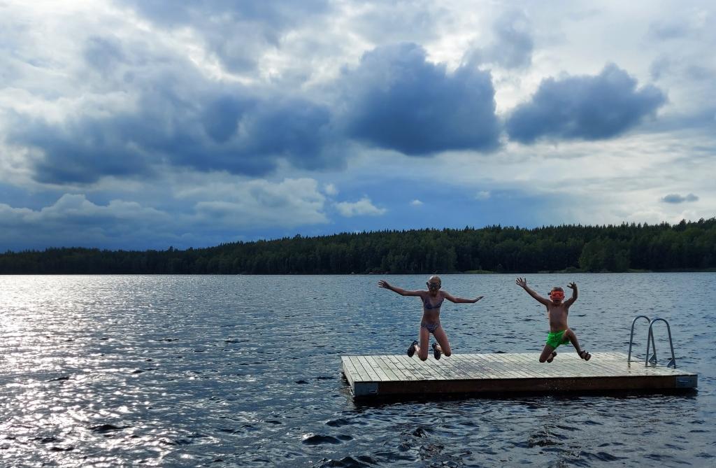 Deze foto is 12 augustus 2021 gemaakt in het zuiden van Zweden. Onze kinderen genoten van het zwemmen in de Zweedse meren! Jolien Brouwer © BDU media