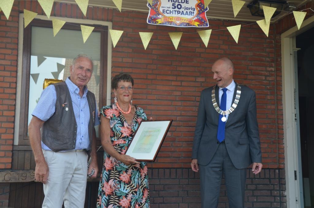 50-jarig bruidspaar Cor en Julia Middelweerd krijgen bezoek van loco-burgemeester Hans Marchal Ali van Vemde © BDU media