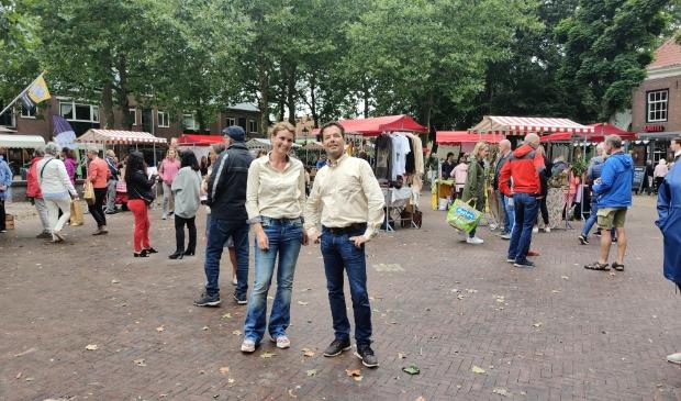 <p>Miriam de Jong en Martijn Steenman organiseren de streekmarkt in het Oude Dorp</p>