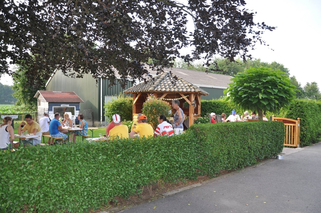 Gezelligheid op de Prinsenhof, tijdens de viering van 20 jaar Prinsenhof 5 jaar geleden Anja Voskuilen © BDU media