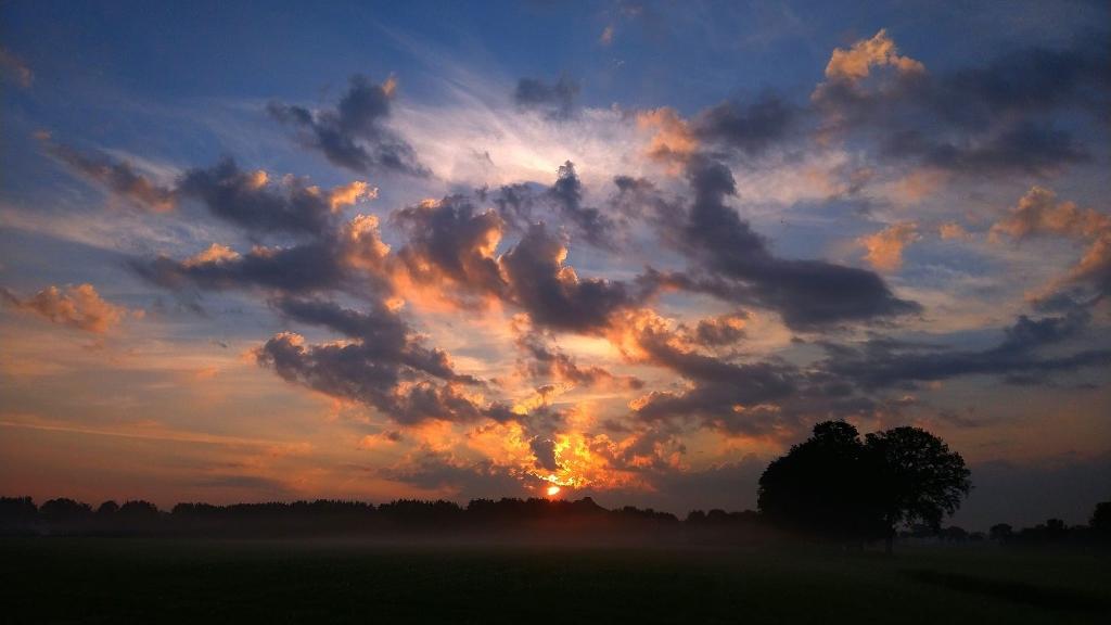 Een prachtige zonsopgang,  gemaakt op het fietspad tussen Overberg en Scherpenzeel met de lens richting Veenendaal.   Gertjan Legemaat © BDU