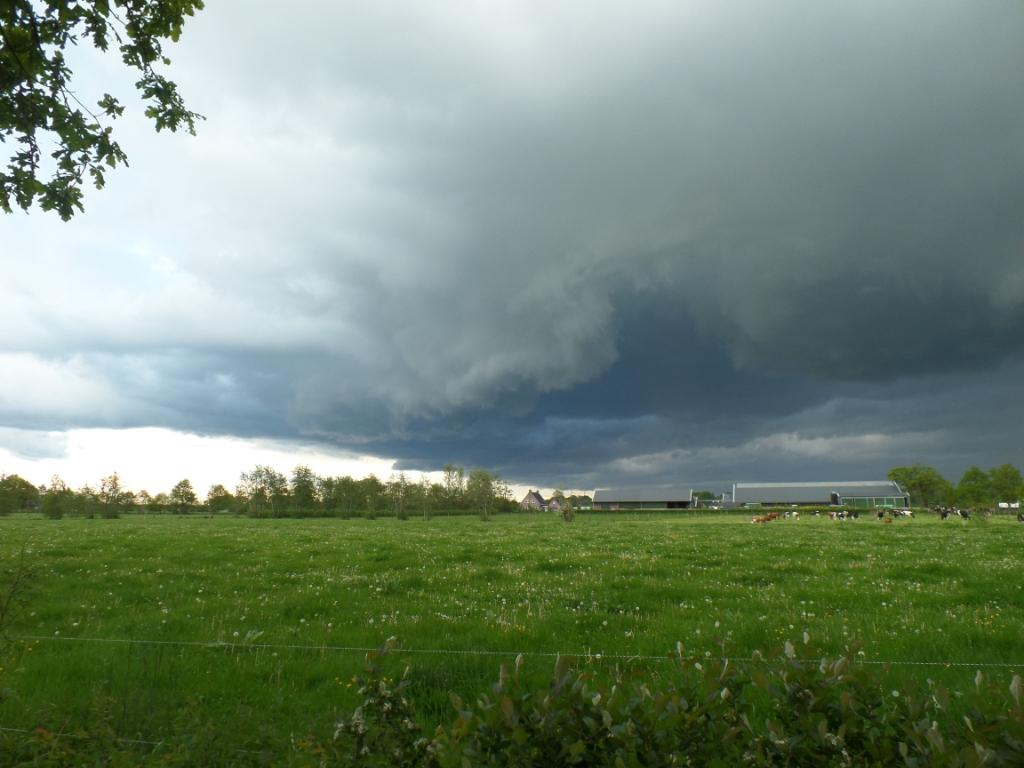 Dreigende luchten boven 'Boerderij tussen de hagen' in Stoutenburg. José Huurdeman © BDU media