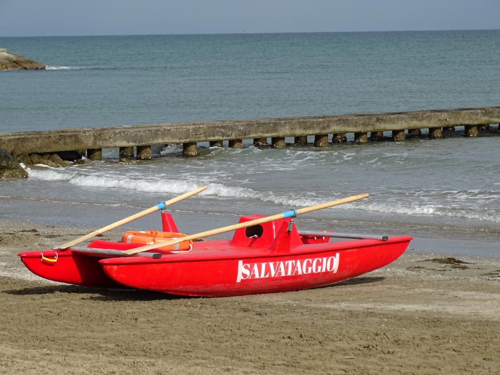 'Bijgaand mijn zomerfoto van het reddingsbootje van de 'Italiaanse baywatch' genomen op 16 juli op het strand van camping Pra' delle Torri in Caorle.  Ellen de Leeuw © BDU media