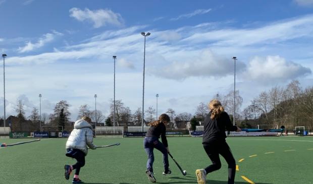 Schoolhockey was een geslaagd evenement in coronatijd bij MHC Hoevelaken.