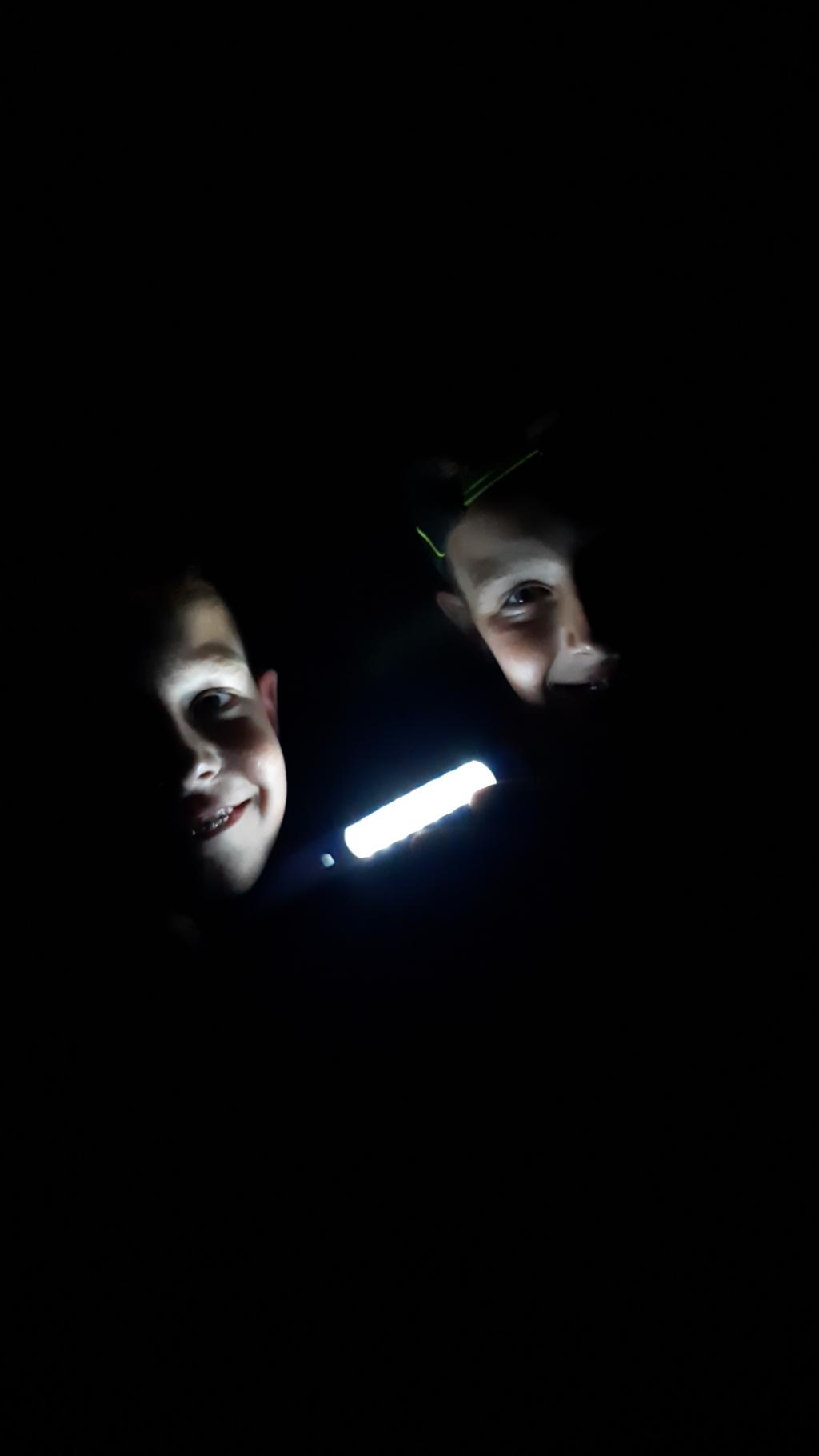Bas en Thom Staal sliepen een nachtje in de tent...was pikdonker maar gelukkig was er een lampje. Oma heeft deze foto gemaakt. J Staal © BDU Media