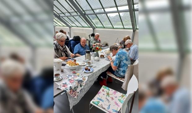 Gasten Zonnebloem Doorn genieten van high tea in theehuis Bartimeus.