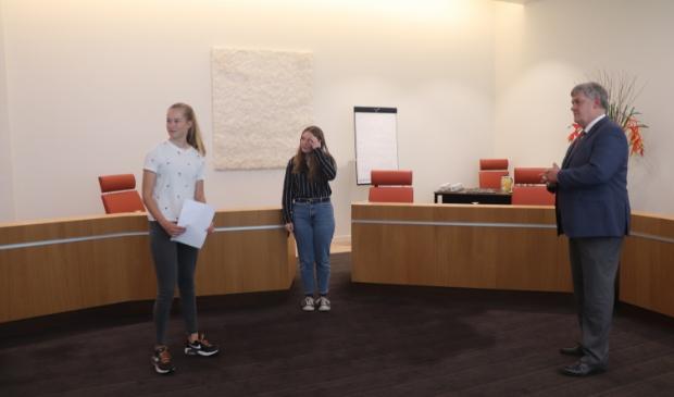 <p>Lotte en Joyce overhandigden een brief namens de Puttense jongeren aan Lambooij. Het college ging ermee aan de slag.</p><p><br></p>