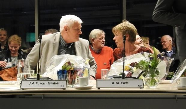 Guus van Ginkel (links) en vertrekkend fractievoorzitter Annet Belt (rechts)