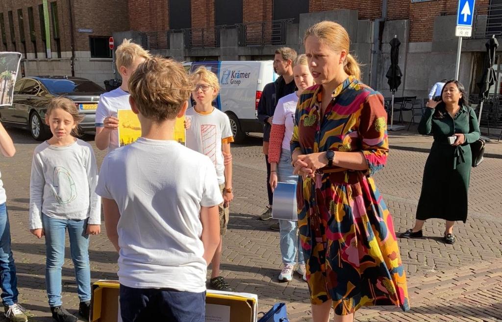 De kinderen in gesprek met minister Carola Schouten Zeilmaker © BDU media