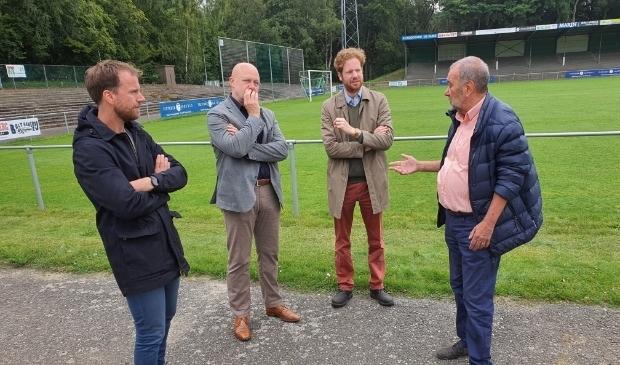 Burgemeester Floor Vermeulen (tweede van rechts) bezocht dinsdagmorgen, samen met gemeentesecretaris Jasper de Wit (uiterst links) een bezoek aan de Wageningse Berg. De rondleiding werd verzorgd door Rien Bor (uiterst rechts) en Arno Boon (tweede van links).
